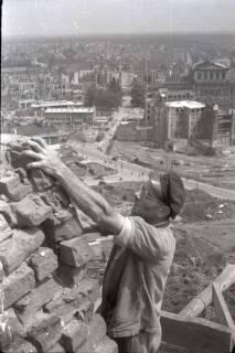 ARH NL Koberg 579, Sicherungsarbeiten am Turm der Marktkirche und Blick auf das zerstörte Stadtzentrum, Hannover, 1947