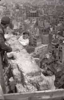 ARH NL Koberg 580, Sicherungsarbeiten am Turm der Marktkirche und Blick auf das zerstörte Stadtzentrum, Hannover, 1947