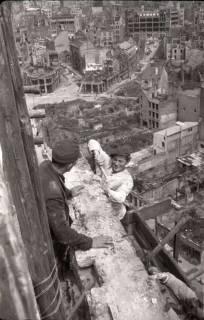 ARH NL Koberg 581, Sicherungsarbeiten am Turm der Marktkirche und Blick auf das zerstörte Stadtzentrum, Hannover, 1947