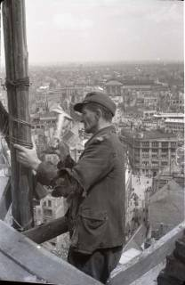 ARH NL Koberg 584, Sicherungsarbeiten am Turm der Marktkirche und Blick auf das zerstörte Stadtzentrum, Hannover, 1947