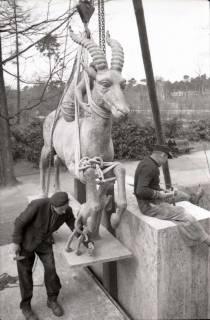 ARH NL Koberg 605, Fabeltier Skulptur von Vierthaler in der Eilenriede, Hannover, wohl 1951