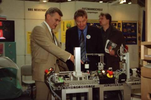 ARH BA 2648, LR Arndt Arndt besucht die Bildungsmesse, 2001