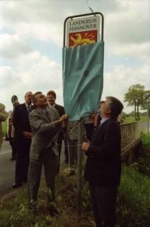 ARH BA 2682, LR Arndt gibt die K133 (Röhndamm, Burgdorf) für den Verkehr frei, 2001