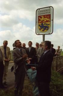 ARH BA 2686, LR Arndt gibt die K133 (Röhndamm, Burgdorf) für den Verkehr frei, 2001