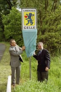 ARH BA 2692, LR Arndt gibt die K133 (Röhndamm, Burgdorf) für den Verkehr frei, 2001