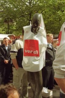 ARH BA 2714, Warnstreik der Gewerkschaft ver.di vor dem Kreishaus, Hannover, 2001