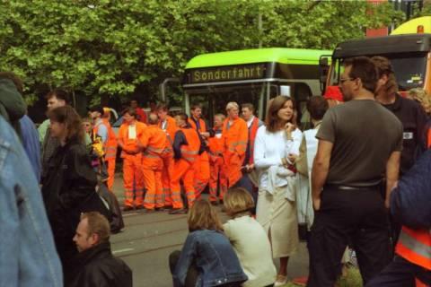 ARH BA 2732, Warnstreik der Gewerkschaft ver.di vor dem Kreishaus, Hannover, 2001