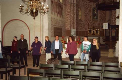 ARH BA 2738, Israelische Besuchergruppe - Chorauftritt in der Kirche, Mandelsloh, 2001