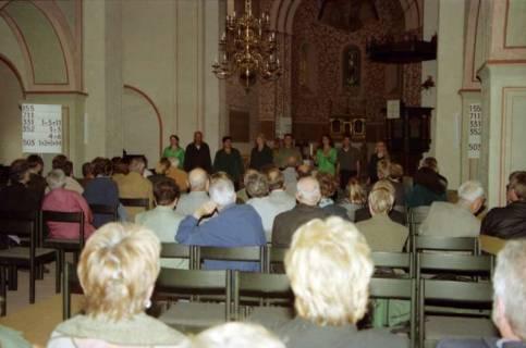ARH BA 2744, Israelische Besuchergruppe - Chorauftritt in der Kirche, Mandelsloh, 2001