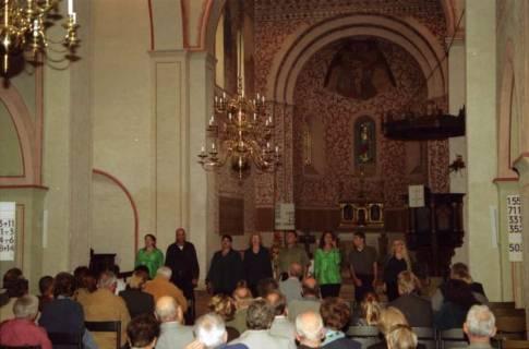 ARH BA 2745, Israelische Besuchergruppe - Chorauftritt in der Kirche, Mandelsloh, 2001
