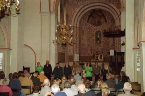 ARH BA 2746, Israelische Besuchergruppe - Chorauftritt in der Kirche, Mandelsloh, 2001