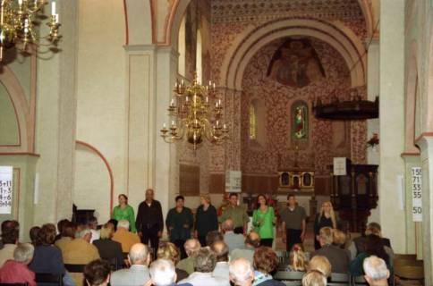 ARH BA 2747, Israelische Besuchergruppe - Chorauftritt in der Kirche, Mandelsloh, 2001