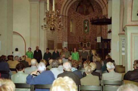 ARH BA 2748, Israelische Besuchergruppe - Chorauftritt in der Kirche, Mandelsloh, 2001