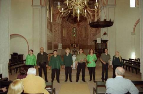 ARH BA 2749, Israelische Besuchergruppe - Chorauftritt in der Kirche, Mandelsloh, 2001