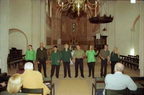 ARH BA 2750, Israelische Besuchergruppe - Chorauftritt in der Kirche, Mandelsloh, 2001