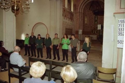 ARH BA 2751, Israelische Besuchergruppe - Chorauftritt in der Kirche, Mandelsloh, 2001