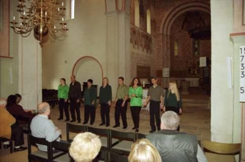 ARH BA 2752, Israelische Besuchergruppe - Chorauftritt in der Kirche, Mandelsloh, 2001