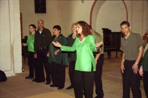 ARH BA 2753, Israelische Besuchergruppe - Chorauftritt in der Kirche, Mandelsloh, 2001