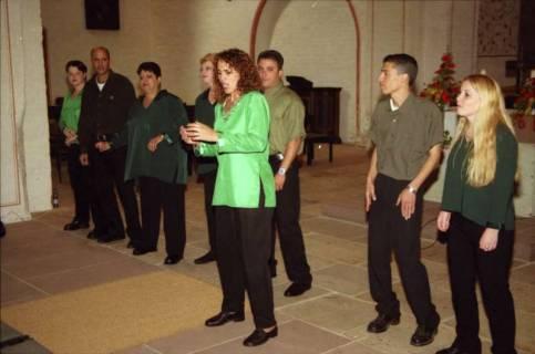 ARH BA 2754, Israelische Besuchergruppe - Chorauftritt in der Kirche, Mandelsloh, 2001