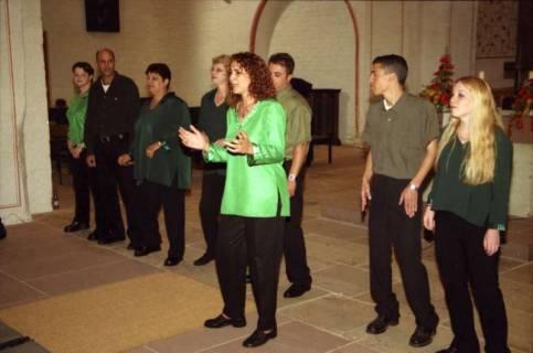 ARH BA 2755, Israelische Besuchergruppe - Chorauftritt in der Kirche, Mandelsloh, 2001