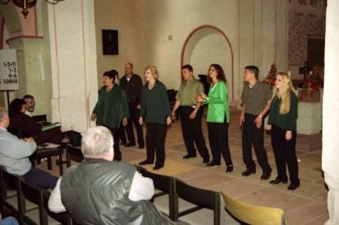ARH BA 2756, Israelische Besuchergruppe - Chorauftritt in der Kirche, Mandelsloh, 2001
