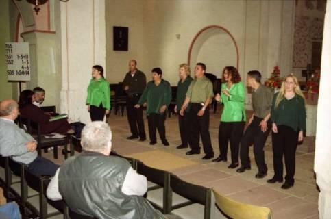 ARH BA 2757, Israelische Besuchergruppe - Chorauftritt in der Kirche, Mandelsloh, 2001