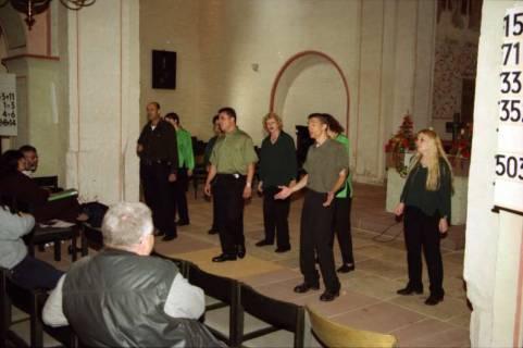 ARH BA 2759, Israelische Besuchergruppe - Chorauftritt in der Kirche, Mandelsloh, 2001