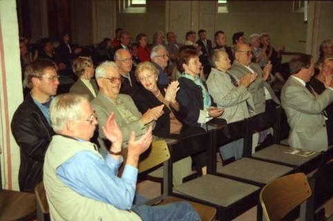 ARH BA 2761, Israelische Besuchergruppe - Chorauftritt in der Kirche, Mandelsloh, 2001