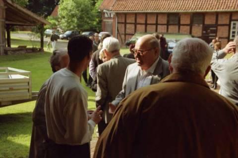 ARH BA 2763, Israelische Besuchergruppe - Programm auf dem Hof von Bodo Messerschmidt, Mandelsloh, 2001