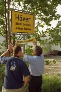 """ARH BA 2800, LR Arndt stellt den Schriftzug """"Region Hannover"""" auf Ortsschildern vor, 2001"""