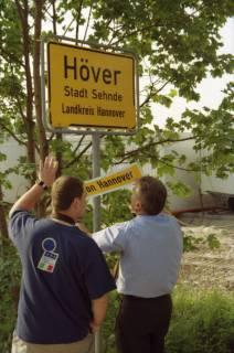 """ARH BA 2801, LR Arndt stellt den Schriftzug """"Region Hannover"""" auf Ortsschildern vor, 2001"""