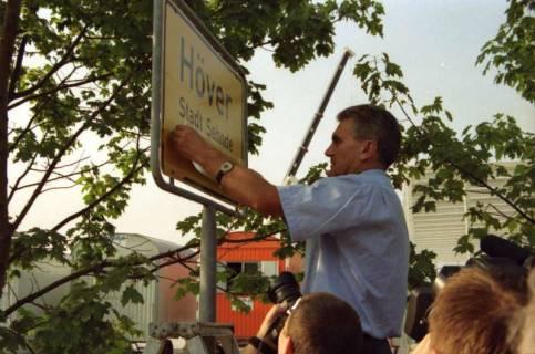 """ARH BA 2803, LR Arndt stellt den Schriftzug """"Region Hannover"""" auf Ortsschildern vor, 2001"""