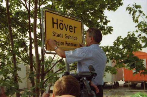 """ARH BA 2804, LR Arndt stellt den Schriftzug """"Region Hannover"""" auf Ortsschildern vor, 2001"""