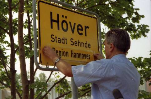 """ARH BA 2806, LR Arndt stellt den Schriftzug """"Region Hannover"""" auf Ortsschildern vor, 2001"""