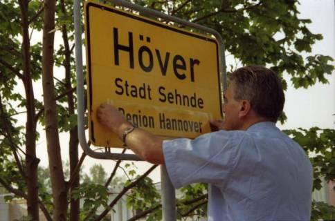 """ARH BA 2807, LR Arndt stellt den Schriftzug """"Region Hannover"""" auf Ortsschildern vor, 2001"""