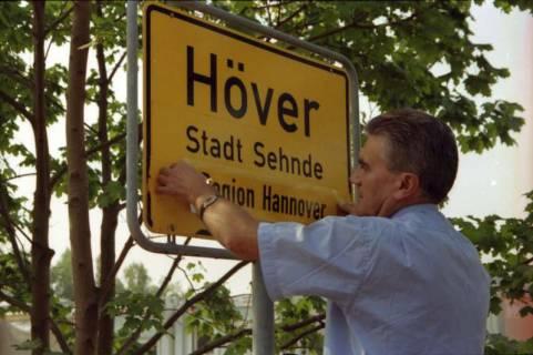 """ARH BA 2808, LR Arndt stellt den Schriftzug """"Region Hannover"""" auf Ortsschildern vor, 2001"""