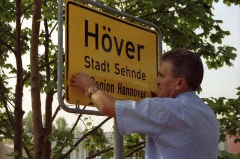 """ARH BA 2809, LR Arndt stellt den Schriftzug """"Region Hannover"""" auf Ortsschildern vor, 2001"""