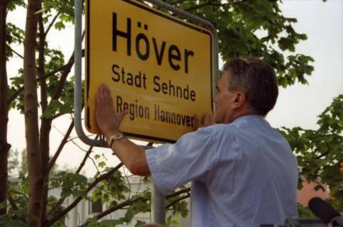 """ARH BA 2810, LR Arndt stellt den Schriftzug """"Region Hannover"""" auf Ortsschildern vor, 2001"""