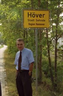 """ARH BA 2814, LR Arndt stellt den Schriftzug """"Region Hannover"""" auf Ortsschildern vor, 2001"""