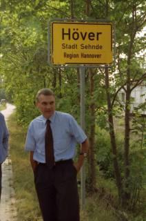 """ARH BA 2815, LR Arndt stellt den Schriftzug """"Region Hannover"""" auf Ortsschildern vor, 2001"""