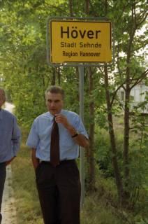 """ARH BA 2816, LR Arndt stellt den Schriftzug """"Region Hannover"""" auf Ortsschildern vor, 2001"""