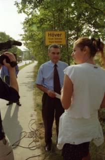 """ARH BA 2819, LR Arndt stellt den Schriftzug """"Region Hannover"""" auf Ortsschildern vor, 2001"""