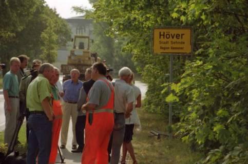 """ARH BA 2820, LR Arndt stellt den Schriftzug """"Region Hannover"""" auf Ortsschildern vor, 2001"""