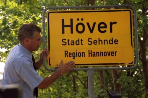 """ARH BA 2821, LR Arndt stellt den Schriftzug """"Region Hannover"""" auf Ortsschildern vor, 2001"""