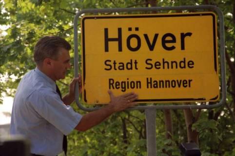 """ARH BA 2822, LR Arndt stellt den Schriftzug """"Region Hannover"""" auf Ortsschildern vor, 2001"""