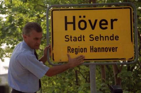 """ARH BA 2823, LR Arndt stellt den Schriftzug """"Region Hannover"""" auf Ortsschildern vor, 2001"""