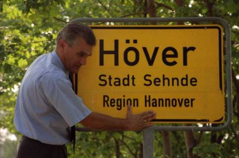 """ARH BA 2824, LR Arndt stellt den Schriftzug """"Region Hannover"""" auf Ortsschildern vor, 2001"""