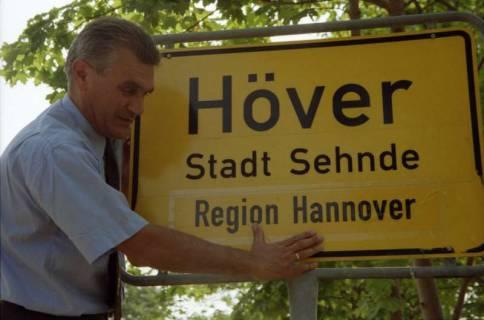 """ARH BA 2825, LR Arndt stellt den Schriftzug """"Region Hannover"""" auf Ortsschildern vor, 2001"""