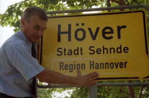 """ARH BA 2826, LR Arndt stellt den Schriftzug """"Region Hannover"""" auf Ortsschildern vor, 2001"""