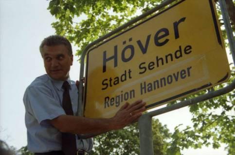 """ARH BA 2827, LR Arndt stellt den Schriftzug """"Region Hannover"""" auf Ortsschildern vor, 2001"""